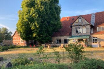 Das Gutshaus, Konsum und Platz mit Linde am 26.06.2021
